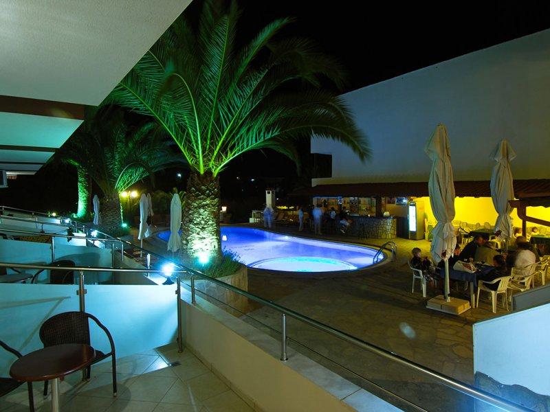 Hotel Simeon bar pored bazena